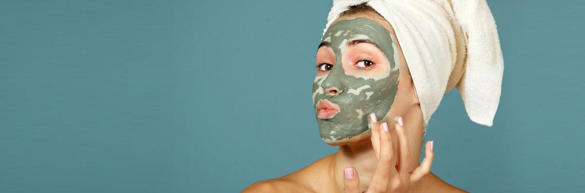 Su la maschera con Hydrabomb Skinactive di Garnier e l'Argilla Pura di L'Oréal Paris